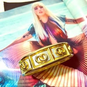 Jewelry - Hinged Vintage Gold tone cuff. Different &Bold 🌺